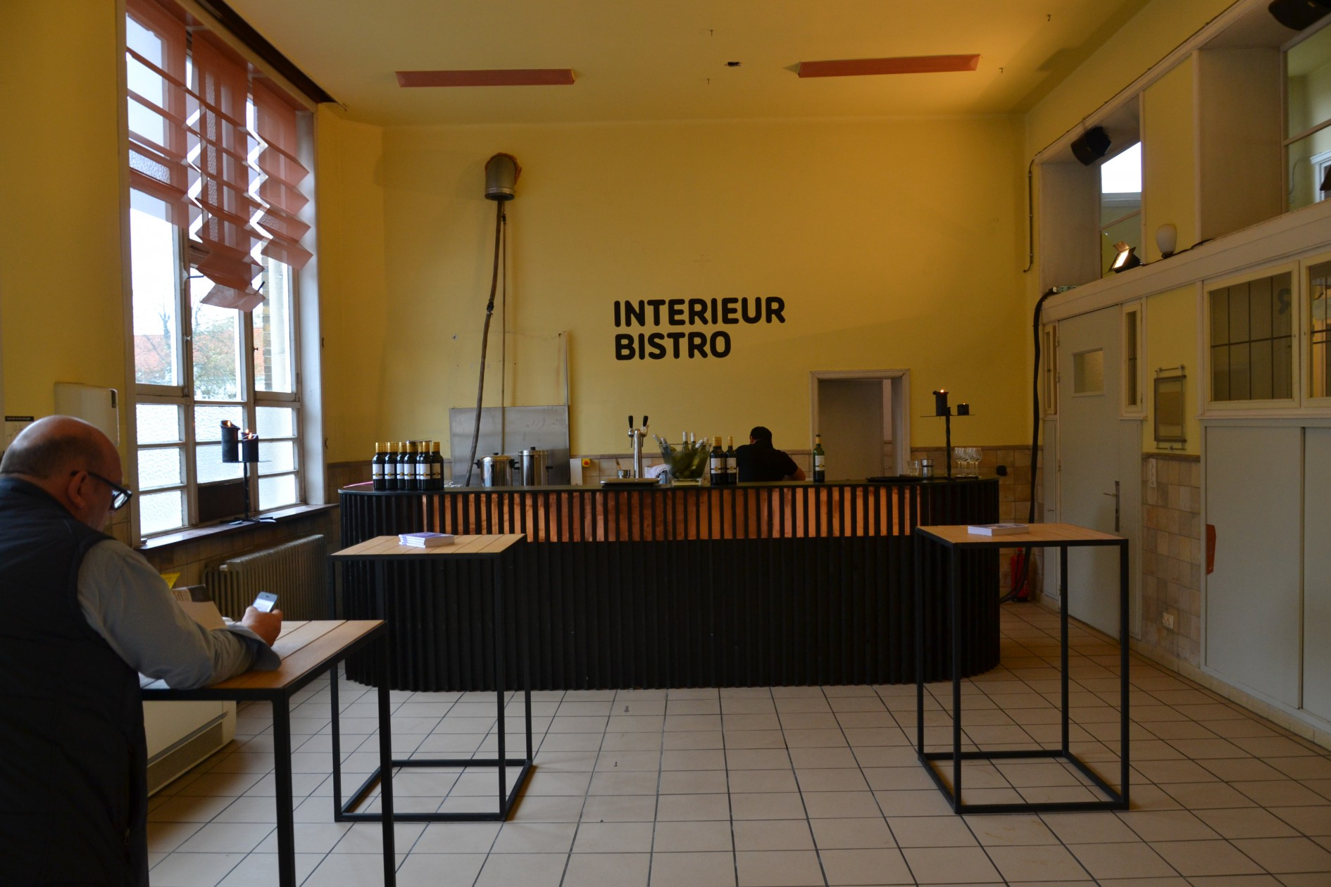 the gentle curves and graphic lines of the bar of the interieur bistro